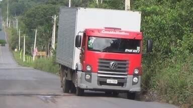 Buracos oferecem risco a motoristas na AM-010 - Na estrada AM-010, que liga Manaus ao município de Itacoatiara, o grande número de buracos na pista oferece risco a motoristas. Confira a reportagem que mostra a má conservação da rodovia.