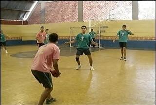 Atletas se unem para jogar partidas de handebol durante 12 horas sem interrupção - O evento reuniu 300 atletas.