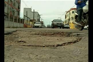 Prejuízos causados a motoristas que caem em buracos podem ser indenizados - Para entrar com ação na Justiça é necessário provar que as más condições do asfalto provocaram o problema.