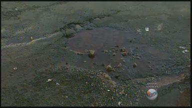 Vazamento da água acontece em cruzamento nos Campos Elíseos em Ribeirão Preto - Moradores das proximidades contam que problema já dura um mês.