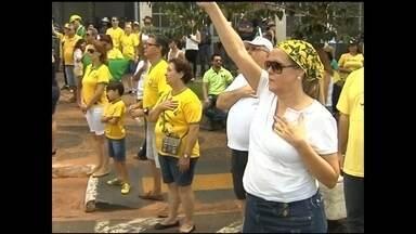 Manifestantes da região noroeste paulista vão às ruas para protestar - Manifestantes fizeram um protesto contra o governo da presidente Dilma Rousseff e contra a corrupção, na manhã deste domingo (12), na região de São José do Rio Preto (SP) e Araçatuba, no interior de SP.