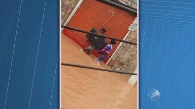 Bandidos saqueiam lojas durante temporal em Santo Amaro da Purificação - Confira nas imagens.