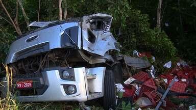 Homem perde controle e caminhão tomba na BR 235 - Homem perde controle e caminhão tomba na BR 235.