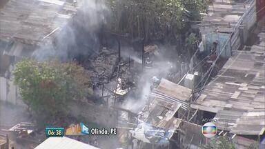 Incêndio atinge barraco no bairro de Salgadinho, em Olinda - No bairro de Candeias, em Jaboatão dos Guararapes, um incêndio também atinge o supermercado Hiperbompreço.