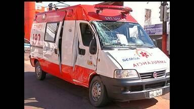 Ambulância com pacientes é atingida por caminhão em Santarém - Acidente aconteceu na Av. Sérgio Henn, com Av. Bartolomeu de Gusmão. Ambulância vinha de Belterra.