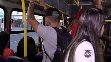 Transporte de Alvorada em direção a Porto Alegre fica lotado pela manhã - Após ônibus estragar, passageiros se espremem em outro veículo.