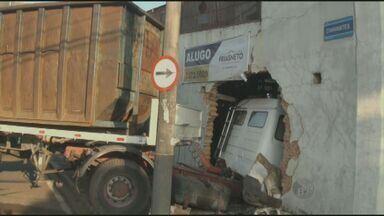 Carreta invade barracão no bairro Paulicéia em Piracicaba, SP - O motorista de uma carreta perdeu o controle da direção e invadiu o barracão de uma antiga fundição em Piracicaba (SP) na manhã desta segunda-feira (13). O homem de 34 anos não se feriu, mas a parede do imóvel e a cabine do veículo ficaram bem danificadas.