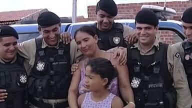 Policiais compram tablet para presentear menina após assalto no interior - Veja o ato de solidariedade dos profissionais.