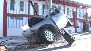 Três morrem em acidente na avenida Carlos Lindenberg, no ES - Carro bateu em poste na madrugada desta segunda-feira (13).