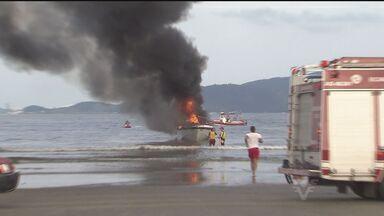 Bombeiros combatem incêndio em um lancha, em São Vicente - Embarcação pegou fogo na tarde do último domingo (12).