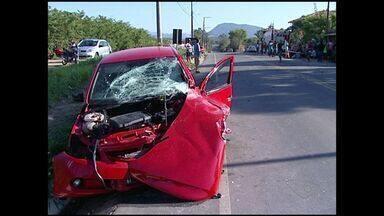 Cinco pessoas da mesma família ficam feridas em acidente no ES - Carro da família bateu de frente com caminhonete na BR-101, na Serra.Motorista da caminhonete disse à polícia que dirigiu após ingerir álcool.