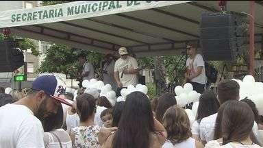 Amigos e familiares de Dan Nunes se reúnem para homenagear o cantor - Dan, de 25 anos, foi morto em frente a uma casa noturna após se apresentar com sua banda, em Santos.