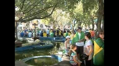 Manifestações contra o governo federal se repetiram em Santa Maria - A concentração foi na praça Saldanha Marinho