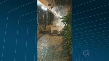 Bueiro explode em Copacabana - As imagens enviadas por um telespectador mostram a fumaça saindo do bueiro, bem em frente a um prédio, na esquina da rua Leopoldo Miguez, com a Xavier da Silveira.
