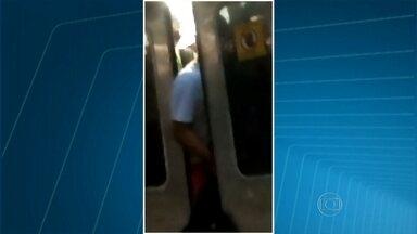 Porta fecha no braço de passageiros, no Rio - Passageiro foi obrigado a viajar até a próxima estação com o braço e uma mochila para fora do trem. Confira.