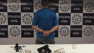 Pistola tcheca é apreendida com suspeito de participar de tele-entrega de drogas - Apreensão ocorreu nesta madrugada de terça (14) em Porto Alegre.