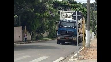 Tráfego de caminhões pesados em avenidas de Itatinga causam transtornos para vizinhos - O tráfego de caminhões pesados numa das avenidas da cidade de Itatinga (SP) está dando dor de cabeça para os moradores vizinhos. Além de desrespeito às leis de trânsito, os veículos estão provocando rachaduras nas casas.