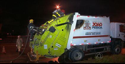 Caminhão de lixo pega fogo em Cruz das Armas, João Pessoa - O trânsito no local ficou interditado por duas horas.