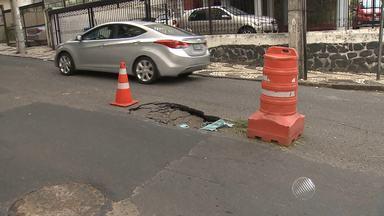Buraco é aberto na Avenida Euclides da Cunha, em Salvador - Motoristas devem ficar atentos na região; confira.
