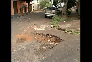 Buracos de rua é motivo de reclamações constantes no Centro-Oeste Paulista - Se há uma reclamação comum em praticamente todas as cidades da região Centro-Oeste Paulista, são os buracos de rua. O TEM Notícias de hoje mostrou os problemas nas cidades de Bauru (SP) e Ourinhos (SP).