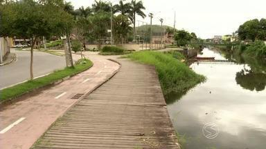 Má estado de conservação de decks preocupam moradores de Angra dos Reis, RJ - Estruturas às margens do Rio Japuíba estão podres e cheio de buracos; vice-prefeito da cidade fala do que será feito de melhorias.