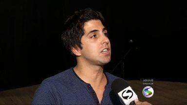 """Gabriel Louchard faz show de stand-up comedy em Volta Redonda, RJ - """"Como é que pode?"""" é tema da comédia que está em cartaz no Teatro Gacemss."""