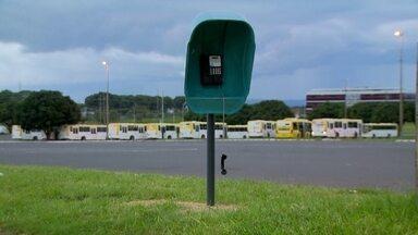Orelhões no DF estão em péssimo estado - Embora tenha sido muito populares no passado, os orelhões perderam lugar para os celulares. Ainda há alguns instalados nas ruas do DF, mas estão quebrados.