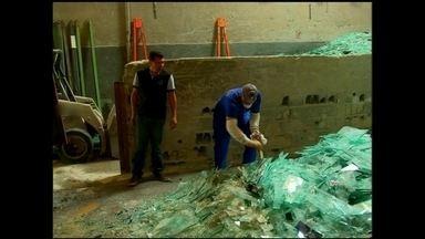 Empresa fatura com a venda cacos de vidros - Cada tonelada de sucata de vidros rendem 100% de lucro. Planejamento e rapidez, torna a atividade lucrativa.