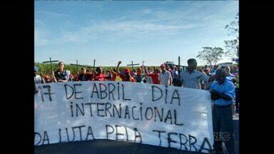 MST faz protestos e bloqueia estradas no Paraná - Hoje é o Dia Mundial de Luta pela Terra e membros do MST se reuniram em vários pontos para bloquear rodovias e praças de pedágio. Os protestos foram rápidos.