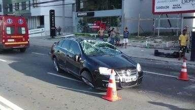 Motorista fica ferido após capotar carro e bater em poste, em Vitória - Acidente aconteceu na avenida César Hilal, na manhã deste domingo (19).