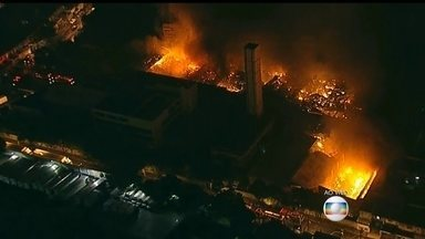 Bombeiros combatem incêndio no Centro de SP - O incêndio dura mais de 10 horas em uma distribuidora de medicamentos, no Centro de São Paulo. A equipe de combate ao incêndio faz um trabalho de rescaldo.