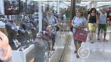 Lojistas fazem promoções para garantir os clientes em época de crise - Consumidores estão consumindo menos
