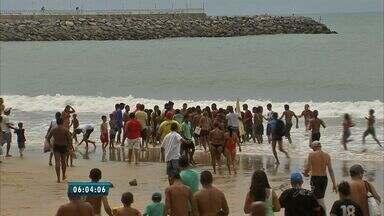 Três adolescentes desaparecem durante banho de mar em Fortaleza - O grupo de cinco jovens foi atingido por uma forte onda. Dois foram resgatados. Três sumiram, o corpo de um deles foi encontrado.