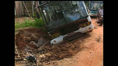 Ônibus tomba em barranco com motorista e cobrador dentro - Acidente aconteceu neste domingo (19). Motorista disse que veículo tombou depois de ele tentar desviar de buraco.