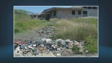 Em Americana, lixo e restos de material de construção se acumulam em frente a creche - Um morador de Americana (SP), denunciou que lixos, entulhos e restos de material de construção se acumulam em frente a creche. No local há também mato alto.