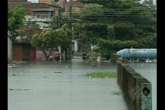 Chuva no fim de semana deixou alagados vários bairros de Belém - No domingo (19), água invadiu casas e dificultou a passagem de pedestres e motoristas. Segundo o Centro de Hidrografia da Marinha, a maré alta pode ter contribuído para os alagamentos.
