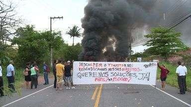 Moradores colocam fogo em pneus e interditam ES-010 - Manifestantes pedem conclusão de obra de drenagem em bairro da Serra.