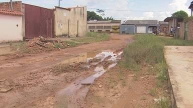 """Moradores reclamam de más condições nas ruas Limoeiro e Bananeira, em Porto Velho - Semusb diz que ruas estão inclusas na operação """"Tapa Buracos""""."""