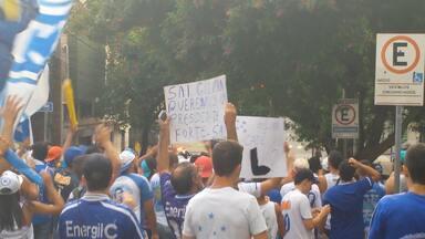 Torcedores do Cruzeiro protestaram em frente a sede do clube - Aproximadamente 200 torcedores se concentraram em frente a sede do clube. Principal alvo das cobranças foi o presidente Gilvan de Pinho Tavares