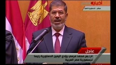 Morsi é condenado a 20 anos de prisão por tortura e morte de manifestantes no Egito - A Justiça do Egito condenou o ex-presidente Mohamed Morsi a 20 anos de prisão pela tortura e morte de manifestantes em protestos durante o mandato dele. Ele foi deposto em 2013 por um golpe militar.