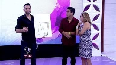 Mágico tenta impressionar André Marques com truque de cartas - Renner surpreende o apresentador e deixa Cissa intrigada