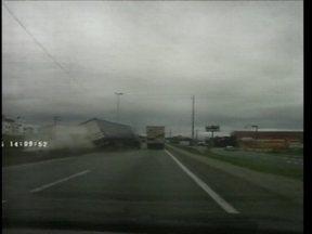 Motorista flagra caminhão desgovernado na BR-101 - Motorista flagra caminhão desgovernado na BR-101
