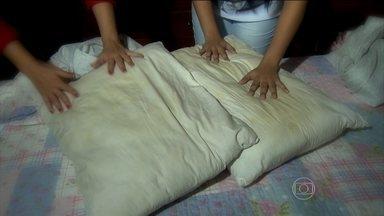 Lavar o travesseiro ajuda a combater o ácaro que é o vilão das alergias - Isabela tem rinite alérgica. A umidade da casa pode ser percebida em todos os lugares e a família toda tem que tomar uma série de cuidados. O Bem Estar levou os travesseiros para o laboratório para analisar a presença de ácaros.