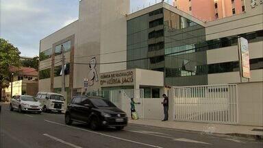 Quatro homens invadem e assaltam clínica de vacinação em Fortaleza - Assaltantes conseguiram fugir com dinheiro e objetos dos clientes. Três deles foram capturados após perseguição policial e troca de tiros.
