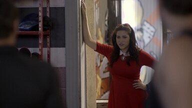 Joaquina tenta se inscrever na academia de Lobão - Os alunos da Khan implicam com o mestre. Luiz leva Joaquina embora da academia