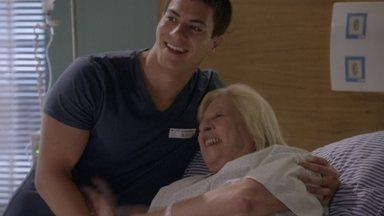 Dalva recebe alta do hospital - O médico conversa com Duca e avisa que Dalva terá de voltar logo para fazer a cirurgia