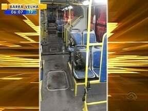 Criminosos ateiam fogo em parte de ônibus em São José - Criminosos ateiam fogo em parte de ônibus em São José