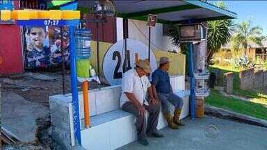 Iniciativa de moradores deixa espera em parada de ônibus mais agradável em Passo Fundo, RS - Mobiliário foi equipado com televisão, rádio, relógio, vidros laterais e pontos de jornais e água.