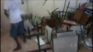 Jovens quebram escola em Goiás - Imagens mostram um quebra-quebra promovido por alunos que destruíram a escola onde eles mesmos estudam. Segundo a professora, a insatisfação veio após a vinda de uma diretora mais rígida que cobrava a disciplina dos alunos.