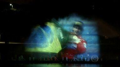Fonte do Parque Ibirapuera exibe vídeo em homenagem a Ayrton Senna - Os melhores momentos da carreira do piloto serão projetados na fonte do lago do Ibirapuera. O vídeo traz várias vitórias, ultrapassagens impressionantes, homenagens de outros pilotos e momentos sem imagem. O som faz a mente viajar nas lembranças.